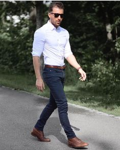 Die: Brown Boots + Black Jean+ White Simple Shirt