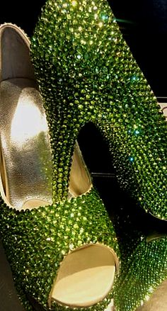 Fashion shoes photography bling for 2019 Mean Green, Go Green, Green And Gold, Green Colors, Pretty Green, Kelly Green, Black Gold, Green Shoes, Green Pumps