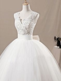 Fascinating Ball Gown V-neck Neckline Floor Length Tulle Wedding Dress. LOVE the top, the bottom is a little too big for me, I would take out a couple layers of tulle, go from ballgown to a-line! perfect!