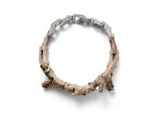 Terhi Tolvanen Chaine grise 2010. Necklace Ø 20cm. Wood, paint, silver. Collection CODA Museum.