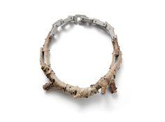 Terhi Tolvanen Chaine grise 2010. Necklace Ø 20cm. Wood, paint, silver. Collection CODA Museum.