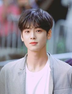 Lee dong min / Cha Eun Woo is so adorable in this picture he has such a great smile comment or repost if you know or think that you fell in love with him because of his smile(meow)😺 Lee Min Ho Songs, Kid Boy Haircuts, Kid Hairstyles, Park Jin Woo, Cha Eunwoo Astro, Lee Dong Min, Park Bo Gum, Joo Hyuk, Song Joong Ki