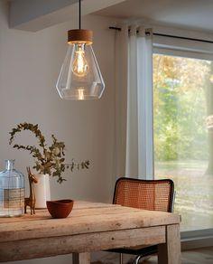 Brixham er en trendy lampe med elegante linjer fra Eglo. Den har en delikat klar glasskjerm med sokkel i krom utførelse hengende fra et bredt, rundt stykke i kork og en sort kabel. En lampe som scorer høyt hos de som liker naturmaterialer!