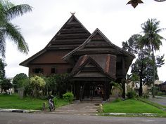 Gema Budaya: Mengenali Rumah Adat Bugis Makassar Vernacular Architecture, Architecture Old, Filipino Architecture, House Ornaments, Makassar, Classic House, Architect Design, Traditional House, Southeast Asia