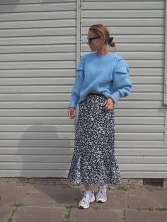 Blumenröcke und Sneaker sind ein absolutes Dreamteam, wie das tolle Outfit von 55flavours_sarah beweist! Hier gibts noch mehr Style-Inspiration für den Frühling! #outfit #blumenmuster #maxirock #sneaker #fashion #COUCHstyle