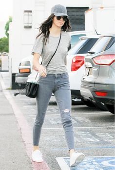 Kendall Jenner wears a grey top with grey jeans, white sneakers and a baseball cap. Kendall Jenner Outfits, Kendall Jenner Mode, Kylie Jenner, Casual Outfits, Fashion Outfits, Womens Fashion, Fashion Trends, Net Fashion, Cap Outfits