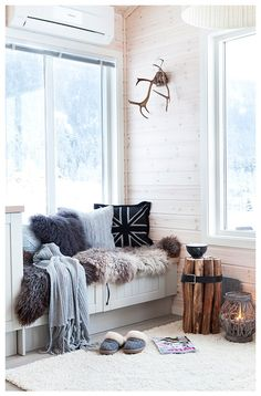fur in the window seat - How to create a cozy nook in your home Cozy Nook, Cozy Corner, My Living Room, Home And Living, Cozy Living, Decoration Gris, Home Decor Bedroom, Decor Room, Bedroom Ideas