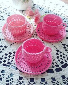 Heippa! Virkkasin pieniä pupuja j otka on tärkätty sokekerivedellä:) Ihan hauskan näkösiä tul i ! Kahvikup... Kawaii Crochet, Crochet Bunny, Crochet Flowers, Crochet Lace, Crochet Crafts, Crochet Toys, Crochet Projects, Hot Pads, Hobbies And Crafts
