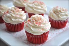 white frosted cupcakes with red decorations | Cupcake Red Velvet