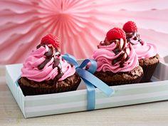 Schoko-Cupcakes mit Himbeercreme und Schokosoße