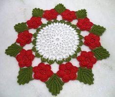 -Centro de mesa em crochê,confeccionado em linha de algodão,meio branco, flores vermelhas e folhas verde escuro,  -pode ser confeccionado nas cores de sua preferência,  -diâmetro:42 cm,  -por ser trabalho artesanal,as medidas podem ter pequenas variações,