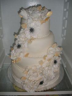 Bielo-zlatá svadobná torta. Autorka: Žanet. Tortyodmamy.sk.