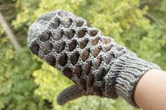 Some call them Newfoundland mittens; some call them Honeycomb mittens - they're warm and we need warm mittens where I live Knitted Mittens Pattern, Crochet Mittens, Fingerless Mittens, Knitting Patterns, Knit Crochet, Knitted Cowls, Knitted Gloves, Creative Knitting, Vides