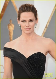 Jennifer Garner Goes Classic in Black for Oscars 2016 Carpet