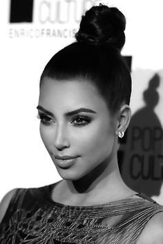 Kim Kardashian Makeup Perfection & Top Knot Bun ♥ Natural Makeup Look Kim Kardashian Latest Pics, Estilo Kardashian, Kardashian Style, Kardashian Beauty, Bun Hairstyles For Long Hair, Straight Hairstyles, Wedding Hairstyles, Holiday Hairstyles, Hairstyles 2016