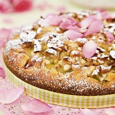 Saftig kaka med rabarber och krispiga nötter på toppen.