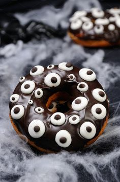 Donuts with chocolate icing decorated googly eyes on Halloween Halloween Donuts, Halloween Food For Party, Halloween Desserts, Halloween Cakes, Chocolate Icing, Chocolate Donuts, Donut Recipes, Dessert Recipes, Yeast Donuts