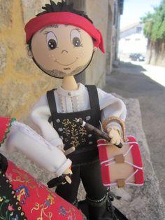 Fofucho Charro de la Sierra con tamboril. Está hecho en goma eva y pintado a mano. Detalle del chaleco, tamboril, flauta, ... elenamartinlopez.blogspot.com