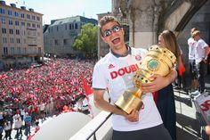 Thomas Mueller Photos Photos - Thomas Mueller of Bayern Muenchen celebrate winning the DFB German Cup title on the town hall balcony at Marienplatz on May 22, 2016 in Munich, Germany. - FC Bayern Muenchen Celebrates Winning The DFB Cup 2016