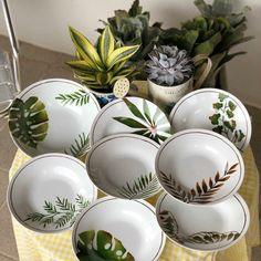 Pratos de folhas em porcelana.