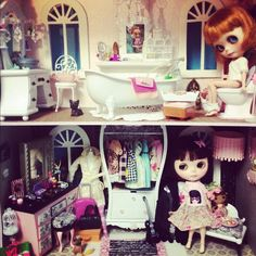 Blythe A Day 9 Home the Loo & Fressing Lounge of the 4 story Blythe Condo #blythe #blytheadayjuly #mydeliciousblisscustom #mydeliciousbliss #dollhouse #blythehouse #miniature - @kyilynn- #webstagram