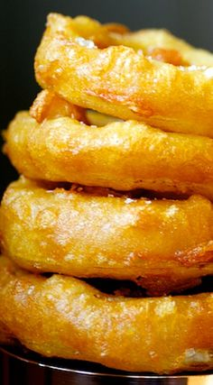 Recipe for Crispy Beer-battered Onion Rings. This batter is perfect for fish and vegetables. Brie, Beer Battered Onion Rings, Food N, Bar Food, Beach Meals, Party Dishes, Onion Recipes, Side Dish Recipes, Vegetable Recipes