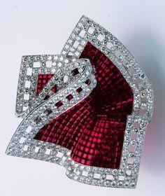Clip Pochette, 2002, Ors blanc et rose, Serti Mystérieux rubis, diamants. Collection Privée. Van Cleef & Arpels