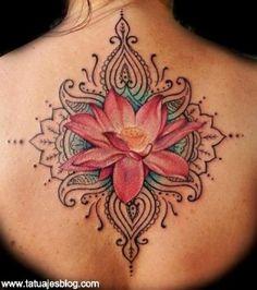 flor de loto a color en la espalda