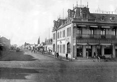 Old photo of King Edward Street, Potchefstroom, South Africa. The King's Hotel is still standing today but alas it is in a rather dilapidated state. Hotel King, Time To Live, My Town, Beautiful Buildings, Old Houses, Old Photos, South Africa, Street View, Places