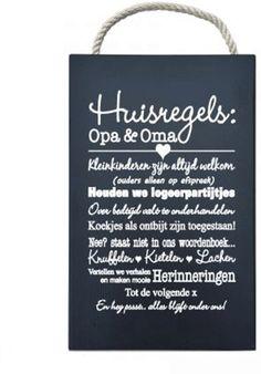Cadeau voor een aanstaande Opa en Oma! Een grappig houten tekstbord met daarop de huisregels voor bij Opa&Oma thuis. Ook een leuk cadeau-idee om je ouders te vertellen dat ze grootouders worden!