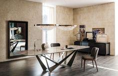 Mesa con base en acero barnizado transparente.