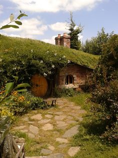 Hobbit-ish, darling but likely dank as well. Hobbit Land, The Hobbit, Casa Dos Hobbits, Fairytale House, Underground Homes, Earth Homes, Earthship, Fairy Houses, Little Houses