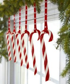 Wonderful Christmas Window Decor Ideas – The Best DIY Outdoor Christmas Decor Classy Christmas, Christmas Holidays, Christmas Wreaths, Christmas Crafts, Christmas Ornaments, Beautiful Christmas, Cheap Christmas, Christmas Windows, Christmas Candy