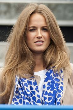 If you don't want to go for tight waves, copy Kim's princess look and use a big barrel tong to a create larger, tumbling finish. Kim Hair, Hair A, Wavy Hair, Beach Wave Hair, Beach Waves, Medium Hair Styles, Natural Hair Styles, Long Hair Styles, Summer Hairstyles