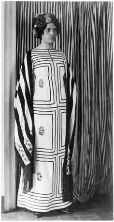 Robe, étole frangée chapeau 1911 coton étole en soie Wiener Werkstätte (Josef Hoffmann) Why she would blend into the wallpaper at le Palais Stoclet in Brussels, but that is very much the point. Think of it as the ultimate hostess dress. Fashion History, Fashion Art, Fashion Design, Edwardian Fashion, Vintage Fashion, Fashion 1920s, Art Nouveau, Manequin, Sonia Delaunay