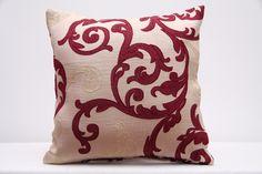 Poszewki na poduszki w kolorze beżowym z bordowym ornamentem