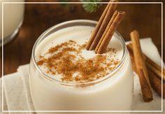Ingredientes: 4 tazas de leche evaporada 3 latas de leche condensada de 397 gr 1 taza de maicena 2 ½ tazas de agua 12 yemas de huevo 1 botella de ron ½ cda de nuez moscada rallada Preparación: Licuar la…