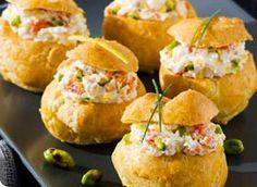 Petits choux au crabe, citron et éclats de pistaches