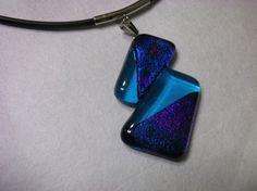 水色のクリアガラスとブルーのダイクロガラスの変則的なデザインのペンダントです。ブルーのダイクロは見る角度によって、紫に輝き、神秘的な美しさです。サイズは、縦4...|ハンドメイド、手作り、手仕事品の通販・販売・購入ならCreema。