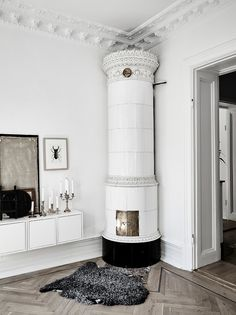 Have you ever seen a fireplace as pretty and as elegant as this? 📸 Details: Apartment in Gothenburg, Sweden. Beautiful Interior Design, Beautiful Interiors, Living Room Interior, Home Living Room, Interior Exterior, Interior Architecture, Future House, Interior Styling, Interior Decorating