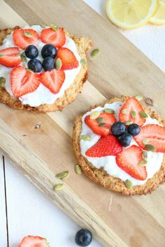 Strawberry-Basil Bruschetta with Fresh Ricotta and a drizzle of honey is a sweet summer appetizer. Clean Eating Snacks, Healthy Snacks, Healthy Recipes, Yummy Appetizers, Appetizer Recipes, Tomato Bruschetta, Bruschetta Bar, Gluten Free Puff Pastry, Good Food