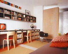 沢山の収納と本棚がある細長いカウンターテーブルの子供部屋 | 住宅デザイン