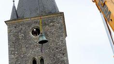 A Ouchamps, deux des trois cloches ont quitté leur église. Une opération minutieuse et complexe, avant la restauration de ces deux pièces historiques. La délicate étape de la descente est terminée. Les cloches vont désormais être emmenées dans les ateliers Bodet, situés à Trémentines (Maine-et-Loire).