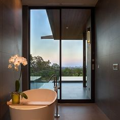 Minimalist Bathroom // Modern bath with a view at the Waterfall House by Dick Clark + Associates, Photo Alexander Stross Waterfall House, Relax, Spacious Living Room, Minimalist Bathroom, Contemporary Interior Design, Beautiful Bathrooms, Modern Bathrooms, Estate Homes, Home And Living