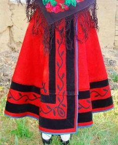 Rodao o manteo encarnado de paño, adornado con picaos dibujando motivos florales en paño superpuesto y tiras de terciopelo, cortapisa en azul. Velilla de la Reina, León