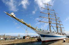 Le Mir (passage des écluses) Son port d'attache est Saint-Pétersbourg. Il est l'un des plus longs voiliers du monde, propriété de l'Académie nationale maritime russe comme navire-école. 2012