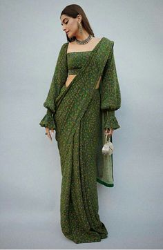 How to Get A Designer Saree Look with a Simple Saree - Saree Styles Indian Fashion Dresses, Dress Indian Style, Indian Designer Outfits, Indian Fashion Modern, Outfit Designer, Indian Designers, Indian Blouse, Latest Designer Sarees, Indian Gowns