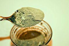 Creme para diminuir a gordura abdominal. Ingredientes: 1 folha de gelatina incolor. 1 xíc. chá de água quente. 200 gr de argila verde. Água fria. Modo de preparo:  Hidrate a folha de gelatina na água quente e espere dissolver. Acrescente a argila verde e deixe  descansar por 1 h. Liquidifique a mistura, acrescentando água fria, o suficiente para formar um creme consistente. Aplique-o sobre o abdômen. Deixe agir por 40' e depois remova-o com água morna. Repita 2 vezes por semana.