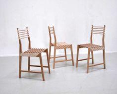 將三張椅子收成一張的收納無痕設計 不管是傳統的折疊椅,還是普通的塑料椅,椅子的收納著實都很令人煩惱,不能摺疊的塑料椅收起來超級占位子,而且疊得很高又容易掉下來砸傷人,更不用說當要使用椅子的時候,還會常常拔不起來。至於折疊椅,往往折疊後依然很厚,堆在一起也很容易像骨牌一樣通通倒下。現代人能坐就不想站的個性,讓椅子收納變成一種設計學問。  設計師 Paul Menand 簡直就是收納設計大師,只要被他碰過的椅子,立刻化身收納於無形的款式,不管是有椅背的木椅,還是小吃攤常見的圓形小凳子,都利用了巧妙的空隙讓椅子堆在一起時就和一張椅子的大小相同,當需要拿取椅子時,就像是施展了椅子影分身一樣,一張又拿出一張!如果你家的空間很小,卻常常有許多朋友探訪,這會是一款非常方便的傢俱。