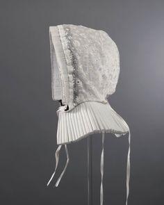 Cornetmuts met een bol van wit neteldoek geheel geborduurd in kettingsteek. De voorstrook en staart zijn van zogenaamd skrootjesgaas. Laitondraad houdt de gepijpte voorstrook in model. ca 1850 #Overijssel #Twente #Saksen #Rijssen